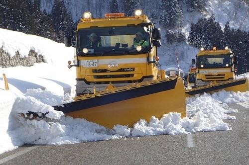 右車線の除雪車がかいた雪を、斜め後方にいる左車線の除雪車がかく。これで路肩に雪が除雪される