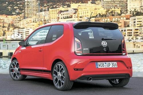 小ささ&軽さを魅力に変える最小のGTI。国産車ではスイフトスポーツの好敵手となる