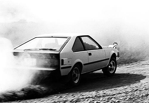 荒々しい走りを見せるセリカ XX 2800GT。当時はオフロードでドリフトテストすることが、雑誌の流行でもあった