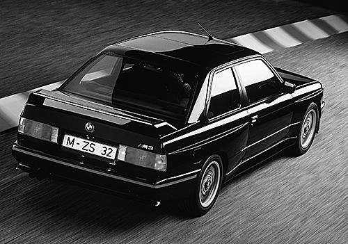M3 スポーツエボリューション。DTMのレギュレーション変更で2.3Lから2.5Lになった最終仕様で最高出力は238ps。可変式となったリアスポイラーが外観上の変更点だ