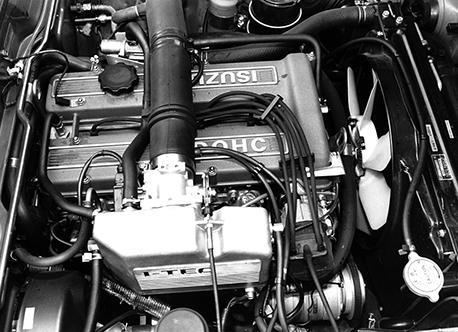 G180エンジンは117クーペのものを電子制御化し、130馬力を発生。ブルーのヘッドカバーが目印だ