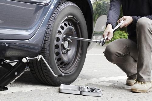 タイヤ交換はいつやるか悩みどころだ。自分で履き替えられない場合はディーラーなどに頼むのが無難