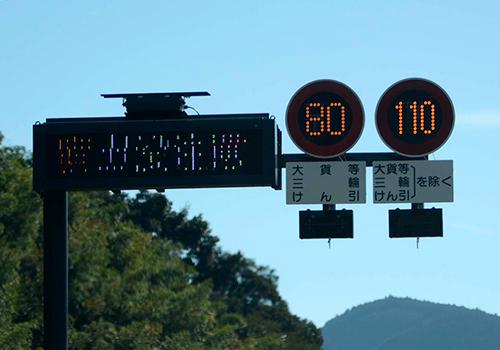 こちらが新東名に設置されている標識。高速道路での30㎞/hの速度差は想像よりも大きい。お互いの安全のために、大型トラックにはキープ・レフトを守ってもらいたい