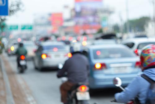 日常的に行われているバイクによるすり抜け。交差点手前で影から出てきて、右直事故というケースもある。警察庁は、すり抜けに関して明文化するべきだろう
