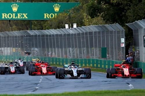 レース序盤、メルセデスのハミルトンが首位、続いてフェラーリのライコネンが2位、ベッテルは3位という状況。最初にライコネンがピットインし、続いてハミルトンもピットへ。ベッテルがピットインすれば3位のままのはずだったが……