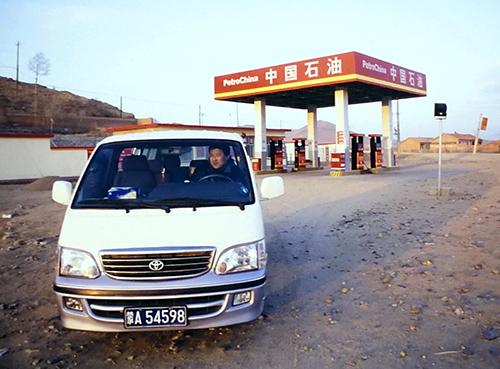 中国・内モンゴル自治区のガソリンスタンド。さびれっぷりが、噂に真実味を持たせる