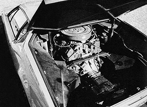 エンジンはV8 OHV、5.8Lをミドシップに搭載。トランスミッションはZF製の5MT