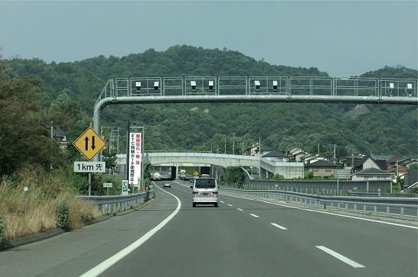 高速道路上に設置されたNシステム。ここを通過する車のナンバーはもちろん、ドライバーの顔までも撮影・記録されている