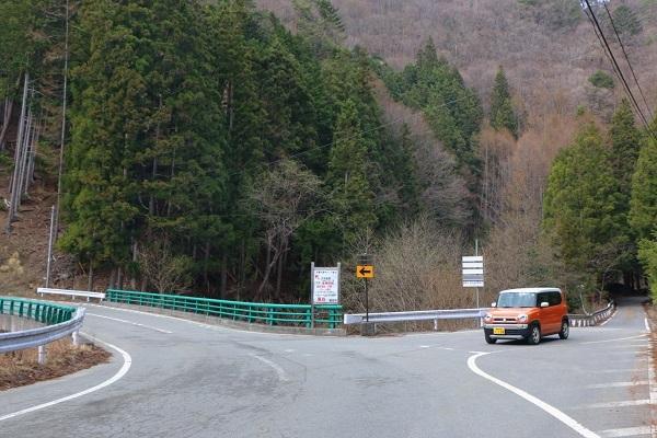 冒頭の「通行不能」標識の分岐。どう考えても左側が国道っぽいが、本物の国道はハスラーがいる方の側道だ