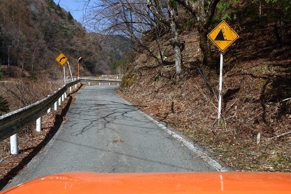 標識から「国道152号線」を進むと、早くも落石注意の看板が……