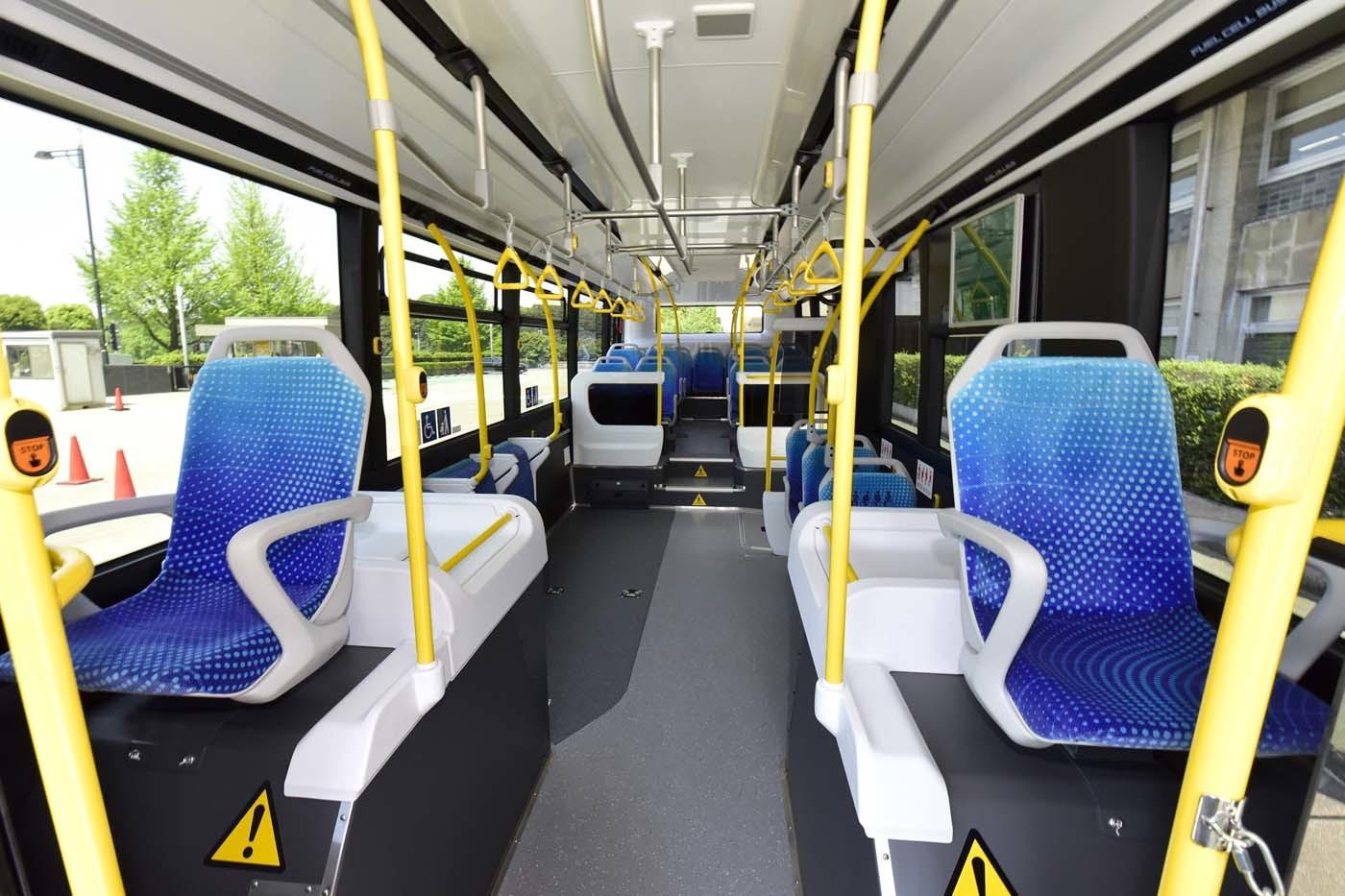 室内。バスは乗客が立ったまま乗るため車内振動の抑制がよりシビアになる