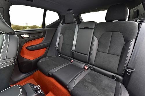 リアシートの背もたれがたち過ぎているXC40。運転しているドライバーはいいが長距離後部座席にのる家族はつらいか?