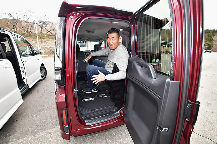 ステップワゴンはリアドアからも乗り降り可能。これは便利だ